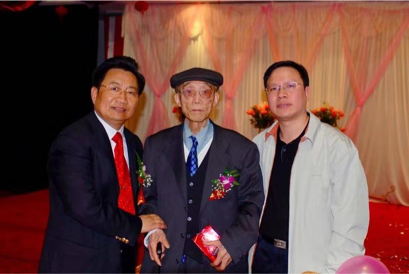 圖為2005年5月1日,中國國土經濟學會秘書長柳忠勤(左一)、國土資源部辦公廳副主任夏俊(右一)陪同杜潤生先生參加活動.jpg