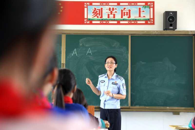 """青岛边检:""""开学大礼包""""情暖寨塘学童"""