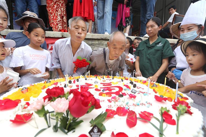 """河南鹤壁:小山村的 """"感恩老师""""狂欢(庆)节"""