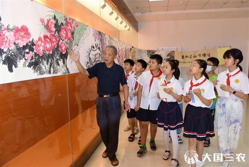 七旬老人手绘百米画卷献给建党百年