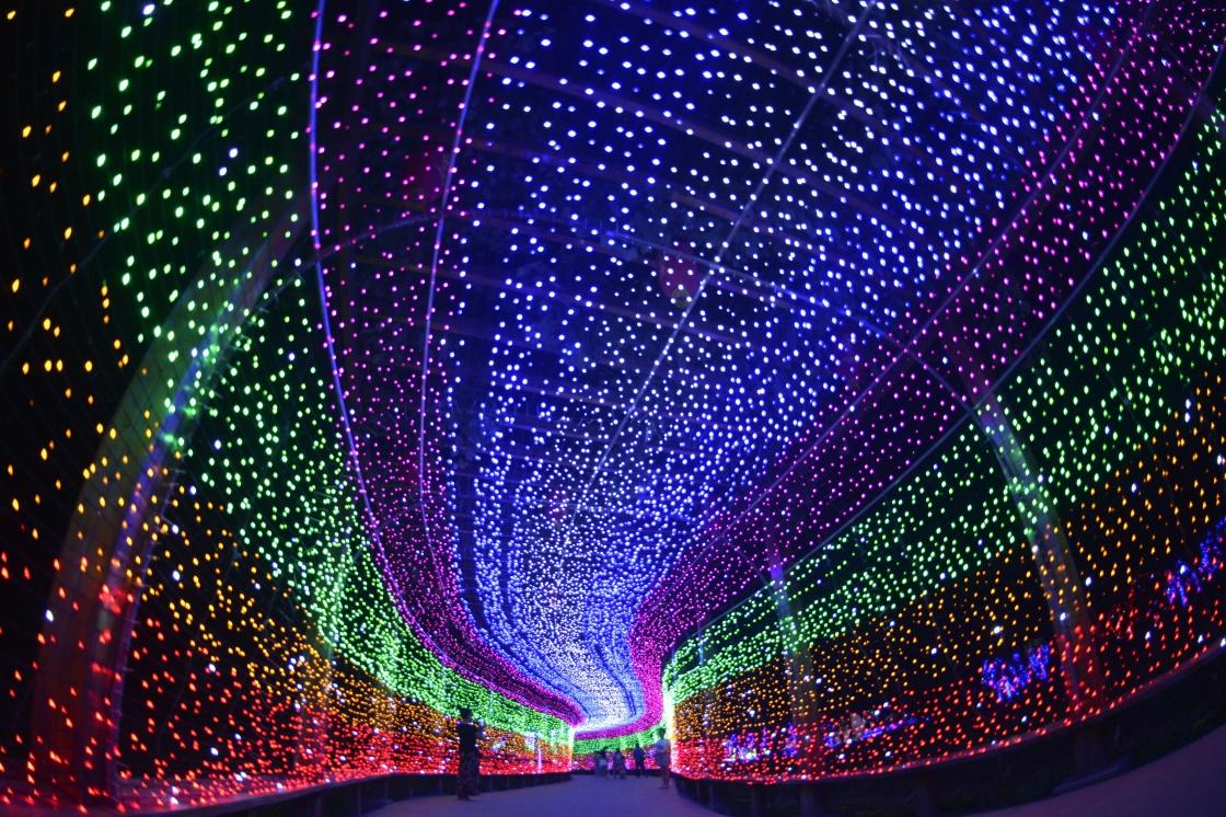 河北沙河:夜间灯光秀打造乡村旅游新亮点