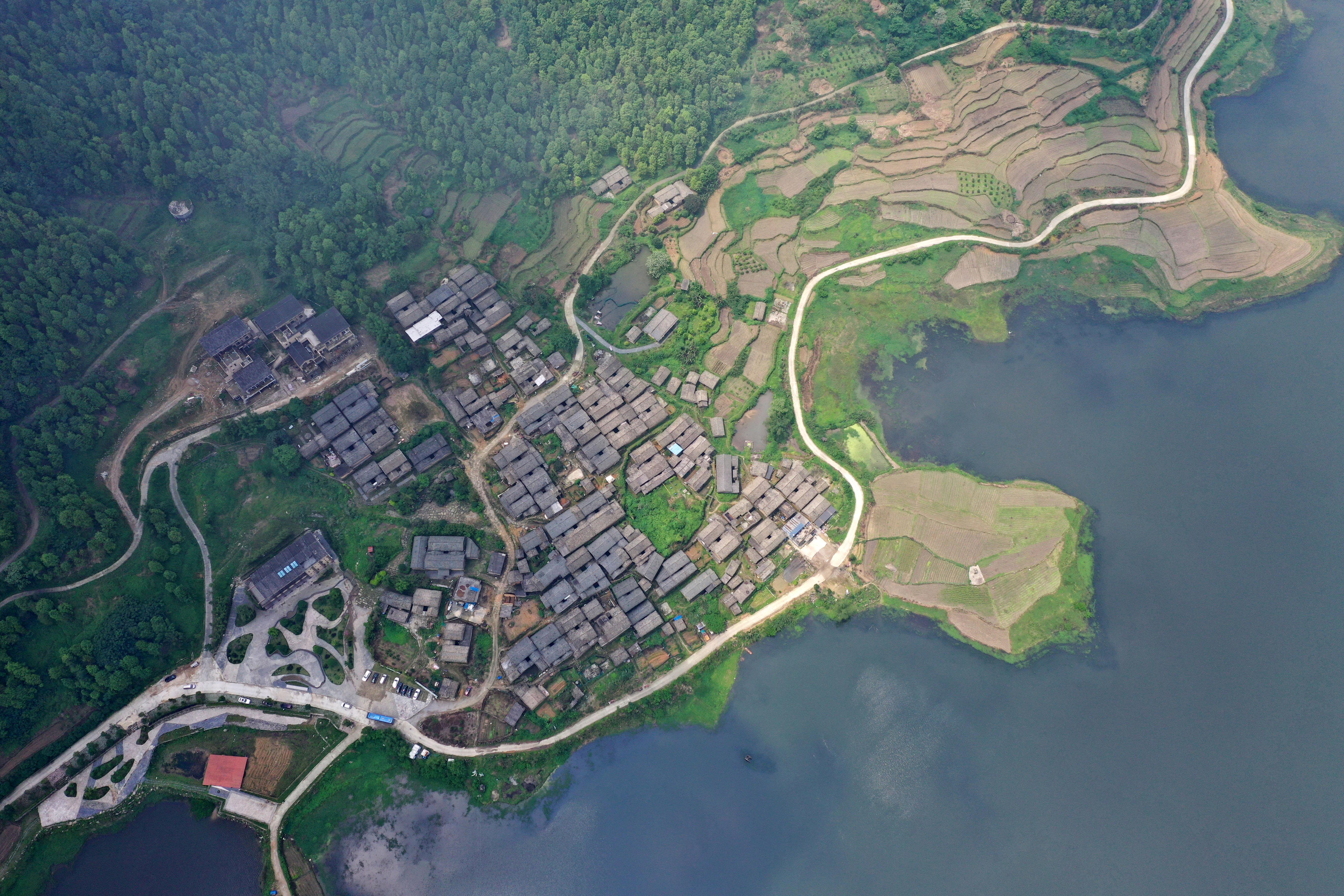 """苍翠的大山、清澈的河流、多彩的民俗……大苗山的绿水青山图,是八桂大地生态画卷的一个缩影。广西融水苗族自治县大力发展生态经济,把生态理念贯穿农村发展、农业生产、农民生活以及脱贫攻坚工作中,通过持续开展植树造林、加大基础设施建设,不断改善乡村环境,推进生态乡村建设。     近年来,广西牢固树立生态文明理念,坚定不移地推动绿色发展,实施""""村屯绿化""""专项活动、""""金山银山""""工程等,生态治理成效显著,绿色已成了""""美丽广西""""的底色。"""