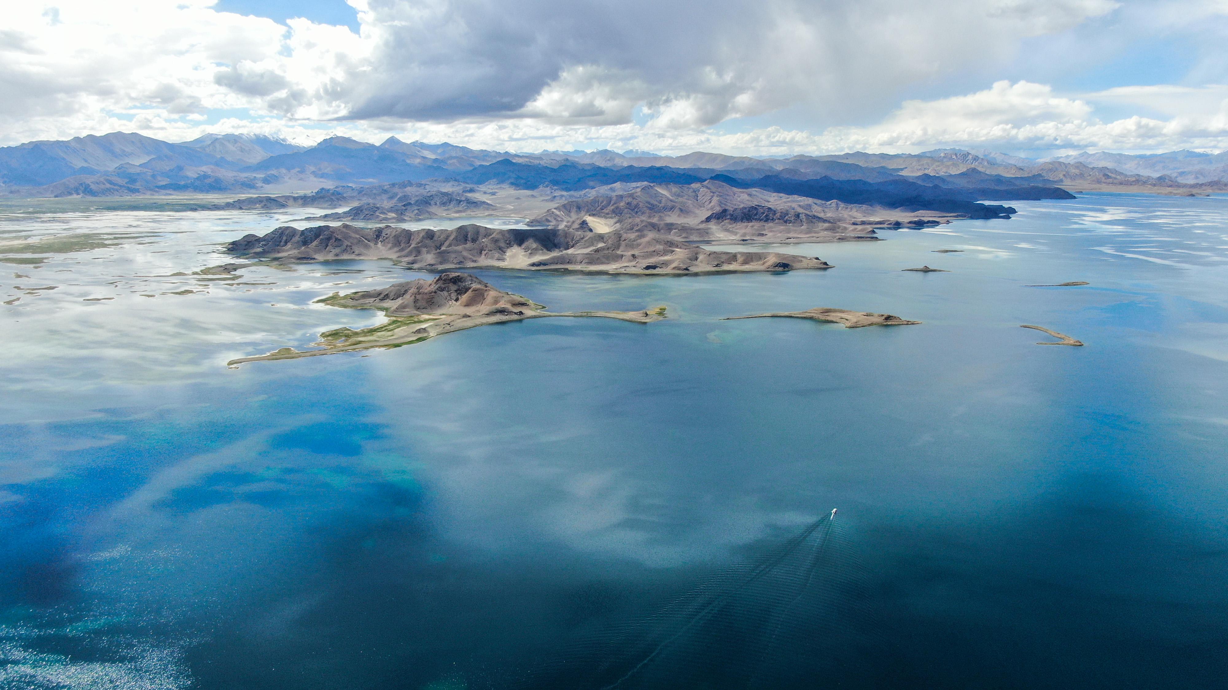 从空中鸟瞰班公湖(8月3日无人机拍摄)。  新华社记者 晋美多吉 摄