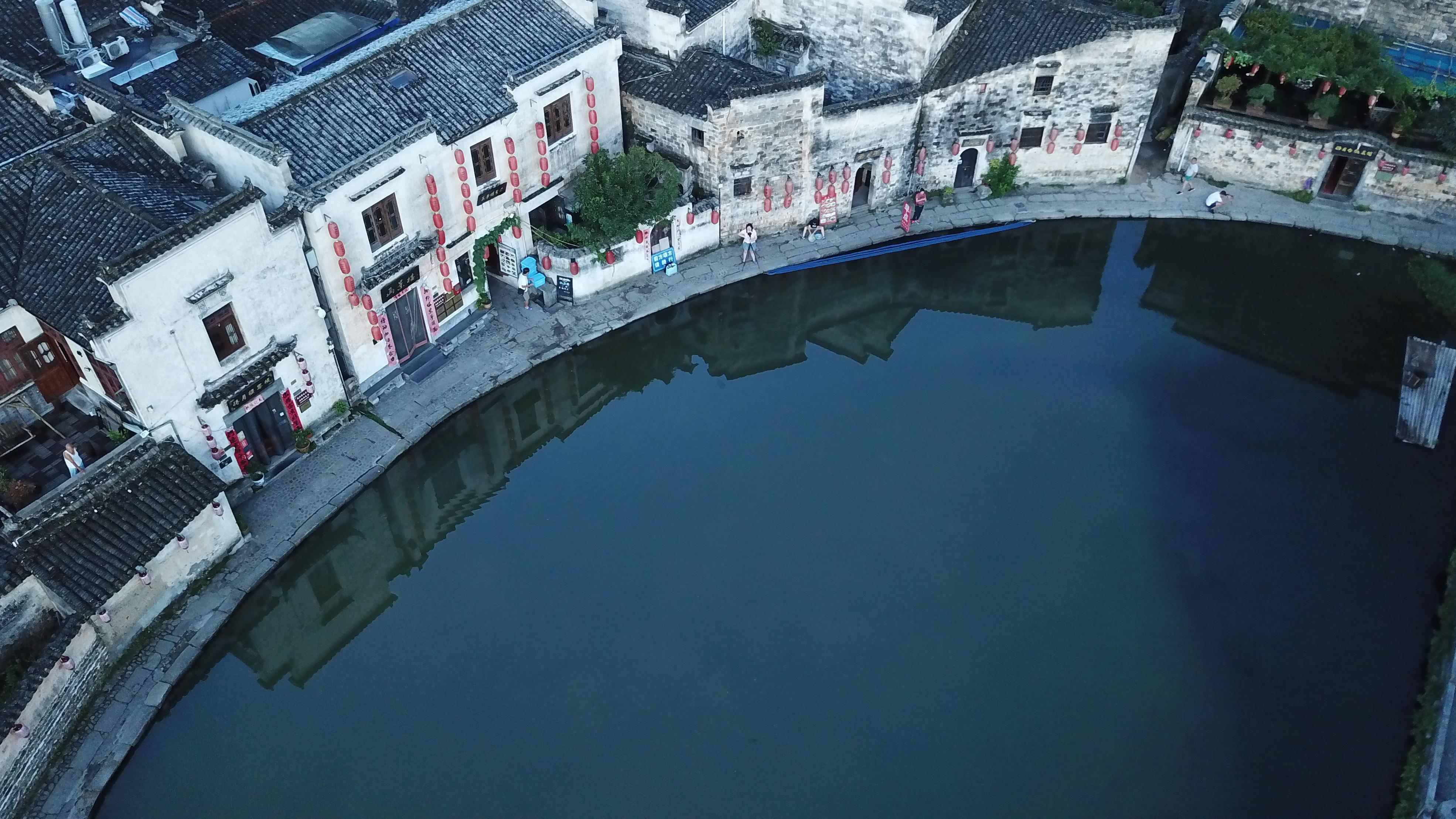 这是8月4日无人机拍摄的安徽黟县宏村风景区月沼晨景。新华社记者 张端 摄