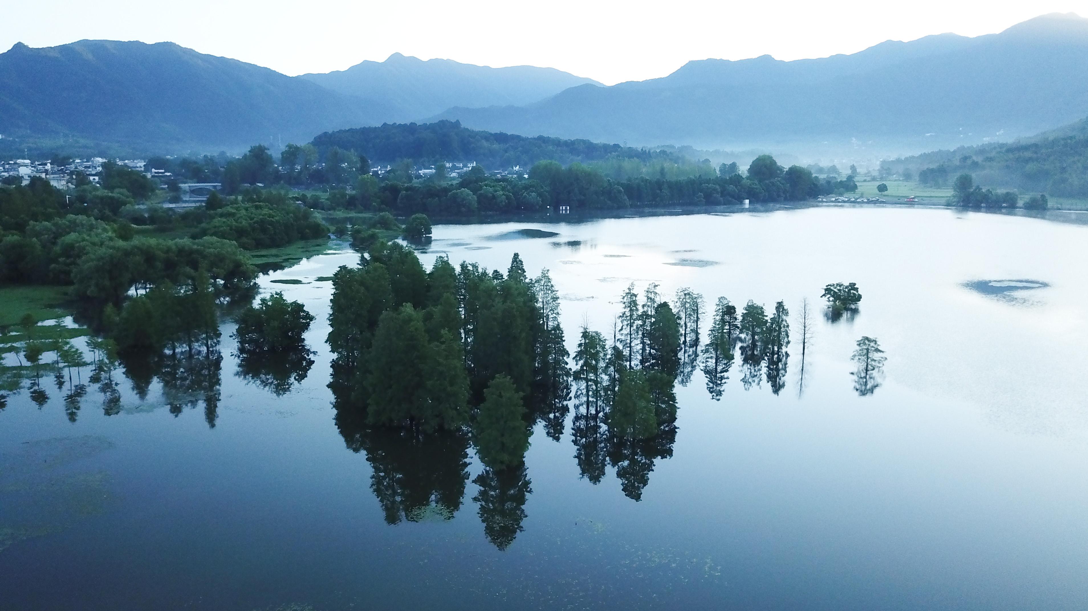 这是8月4日无人机拍摄的安徽黟县宏村风景区晨景。新华社记者 张端 摄