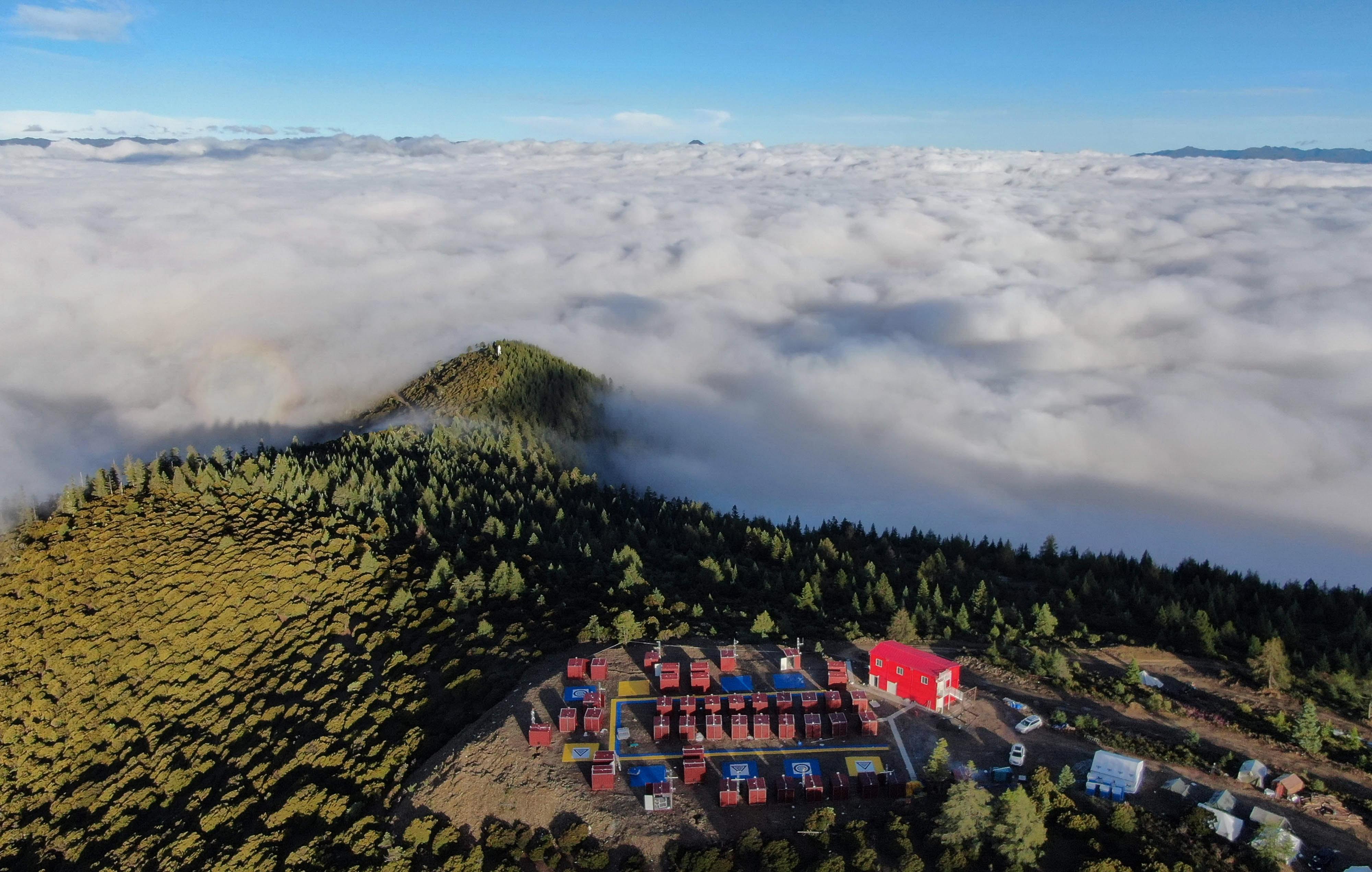 俯瞰海拔4120米的雅江县帕姆岭寺顺丰无人机雅江运营基地(8月5日无人机拍摄)。新华社记者 江宏景 摄