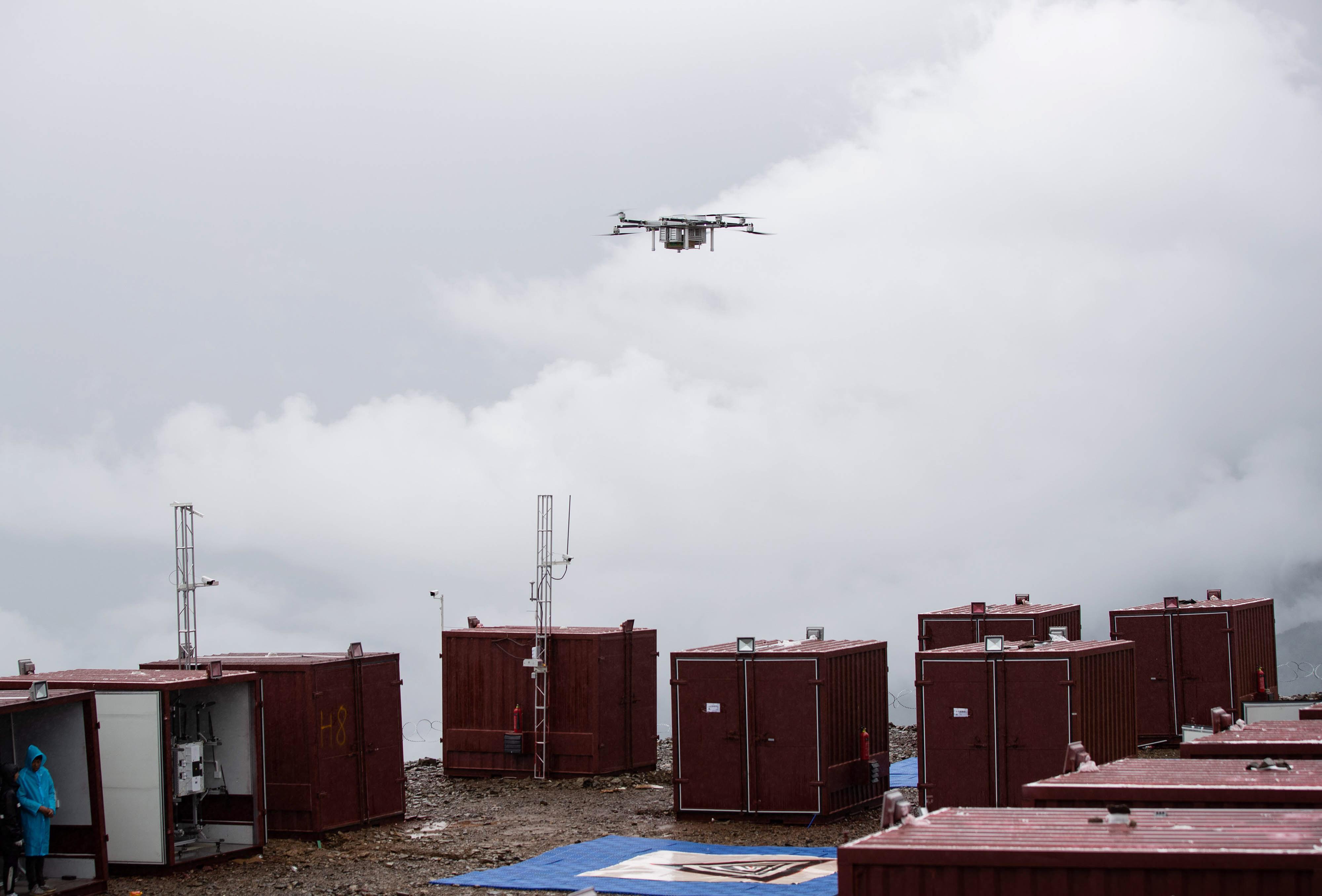 8月4日,一架无人机携带营地的新鲜松茸抵达雅江县帕姆岭寺顺丰无人机雅江运营基地。新华社记者 江宏景 摄