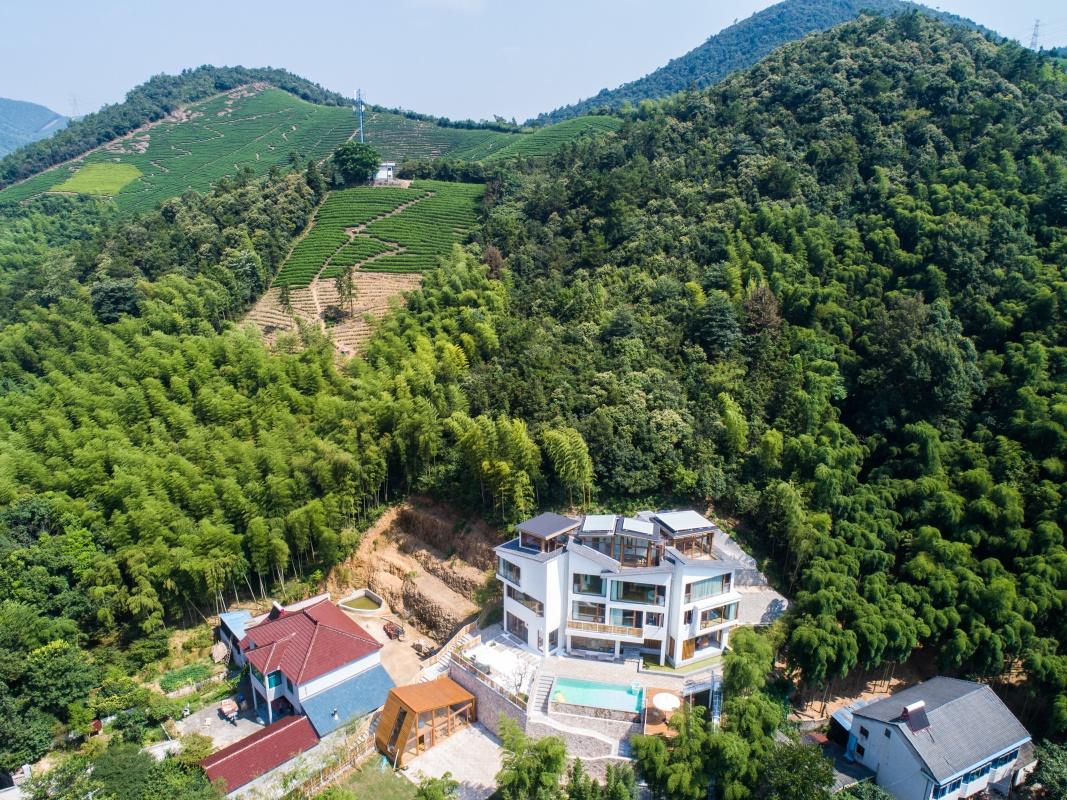 空中俯瞰妙西镇一家依山而建的特色民宿(8月7日无人机拍摄)。新华社记者 徐昱 摄