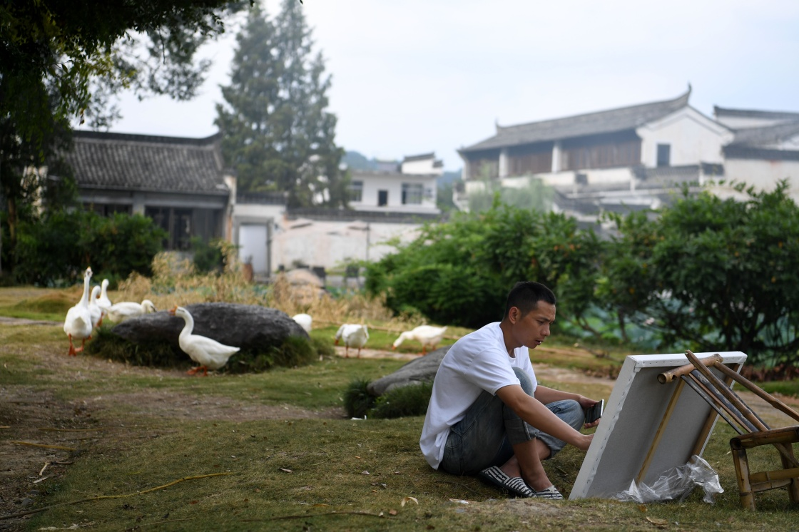游客在呈坎村内写生(8月28日摄)。新华社记者 刘军喜 摄