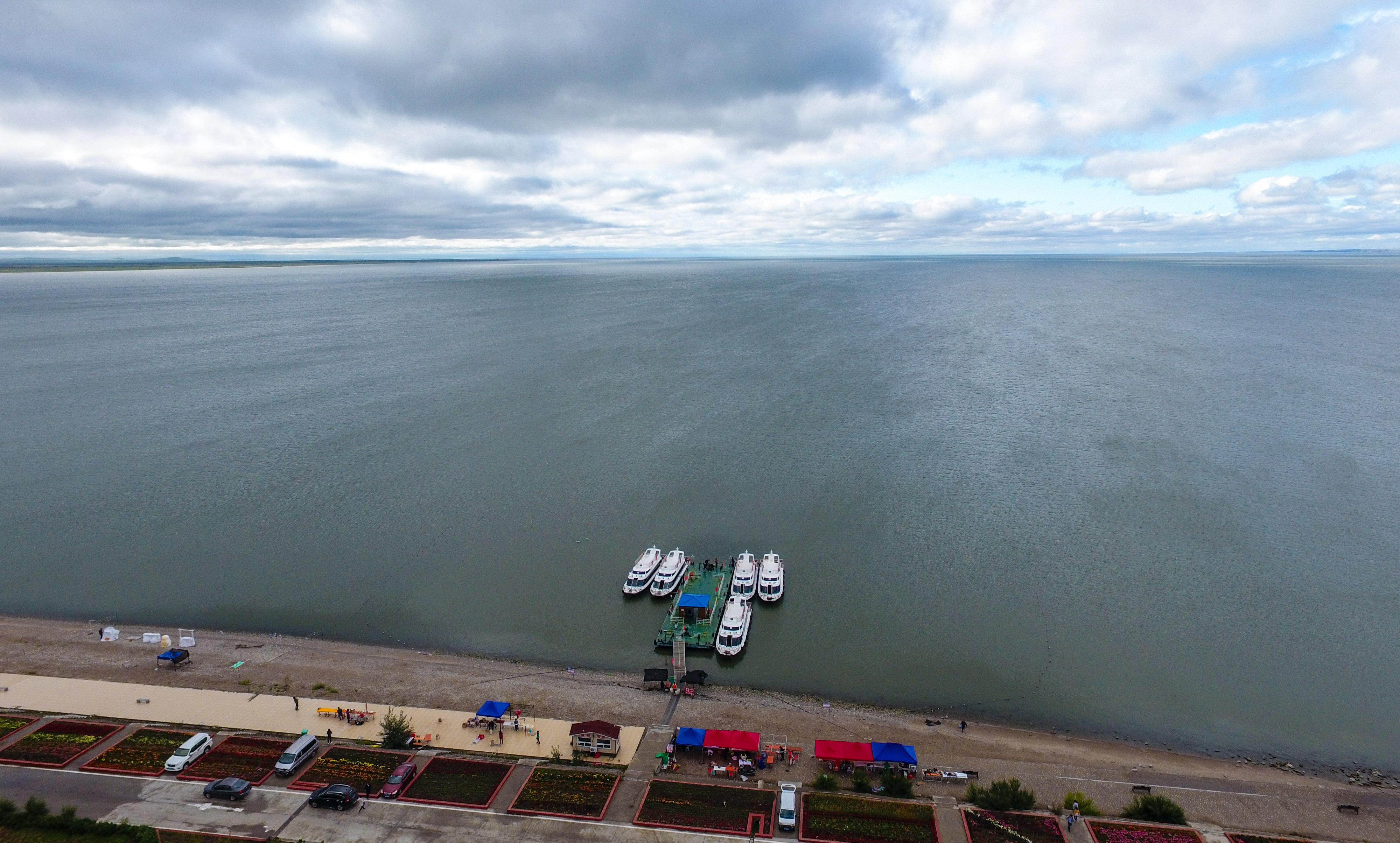 8月28日無人機拍攝的位于內蒙古呼倫貝爾市的呼倫湖。     呼倫湖是內蒙古重要的淡水湖,在調節氣候、修復生態、涵養水源方面發揮著重要作用。前些年,由于自然原因和人為因素,呼倫湖出現湖面縮減、水質變差等問題。     近年來,呼倫貝爾市著力抓好呼倫湖生態環境綜合治理,建立呼倫湖水資源配置及調度運行管理機制,累計向呼倫湖補水80多億立方米,一期綜合治理工程取得階段性成效,二期綜合治理工程項目全部開工,累計完成投資19.6億元,環湖餐飲、旅游經營全部關停。     內蒙古生態環境廳的數據顯示,目前呼倫湖水域面積增至2028平方公里,主要水質指標總體保持穩定向好趨勢,重現碧水與草原交相輝映的和諧景象。祖國北疆的藍寶石熠熠生輝,光彩奪目。     新華社記者 彭源 攝