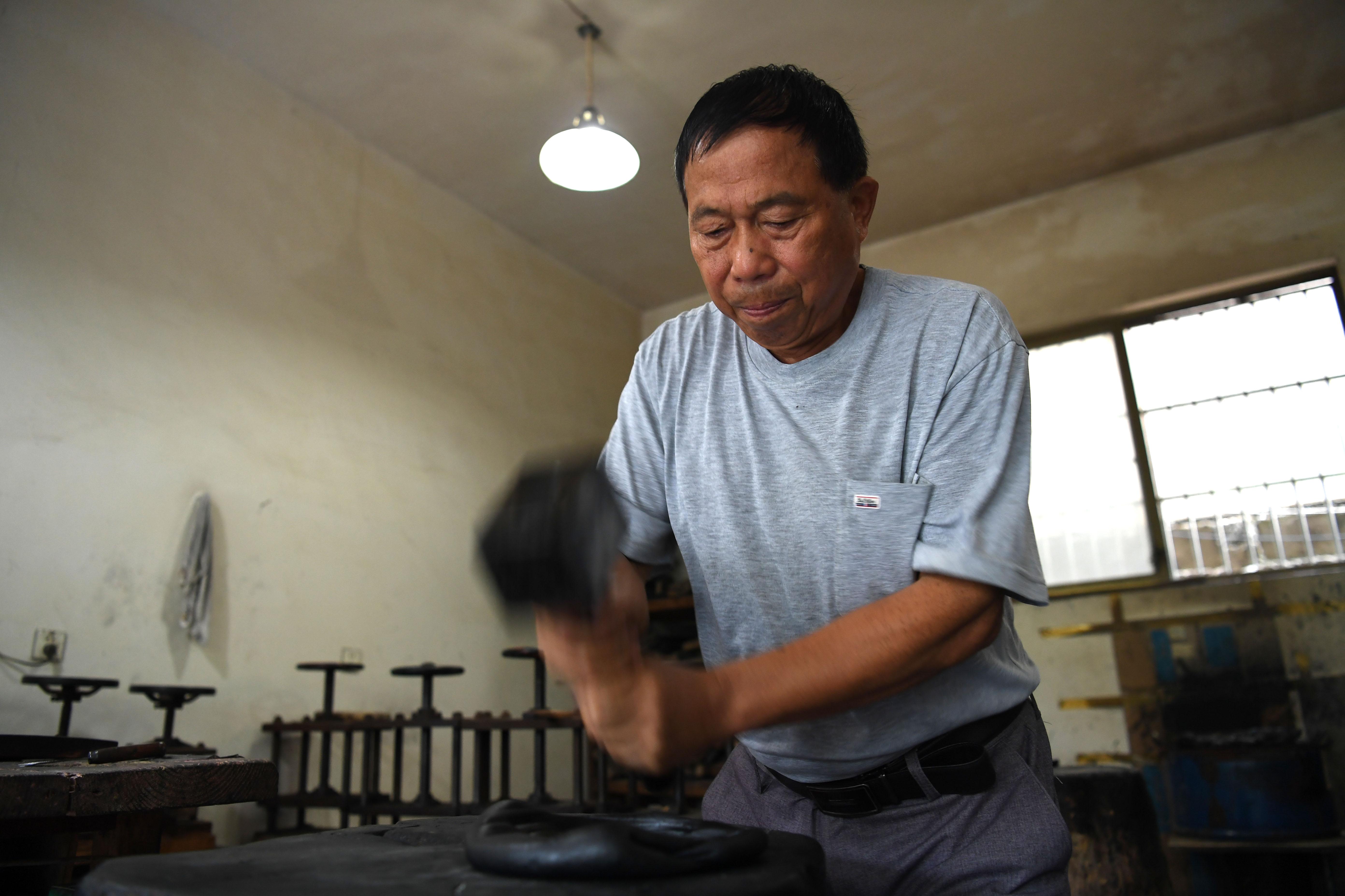 8月29日,吳成林反復捶打墨胚。
