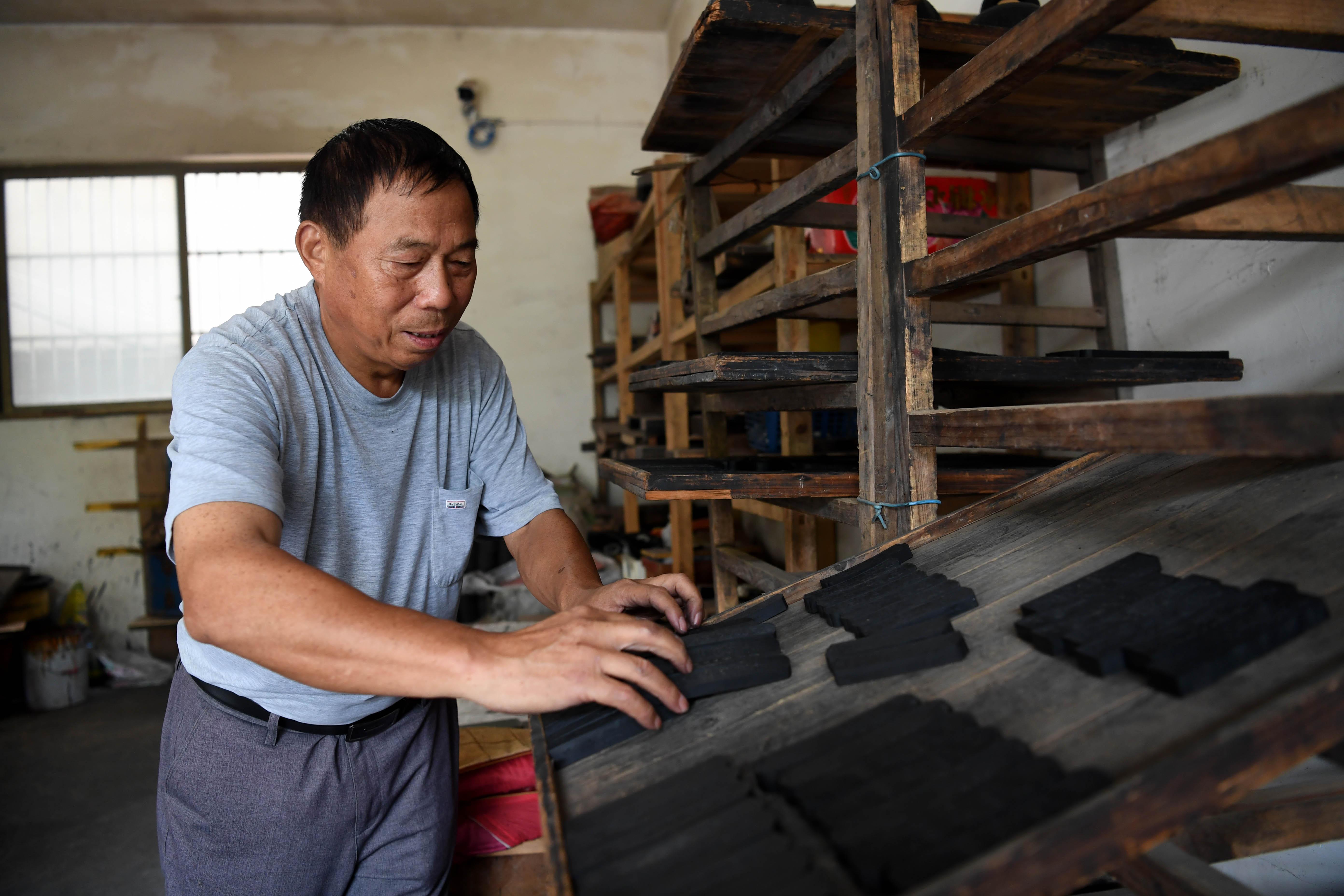 8月29日,吴成林在查看通风晾制的墨。