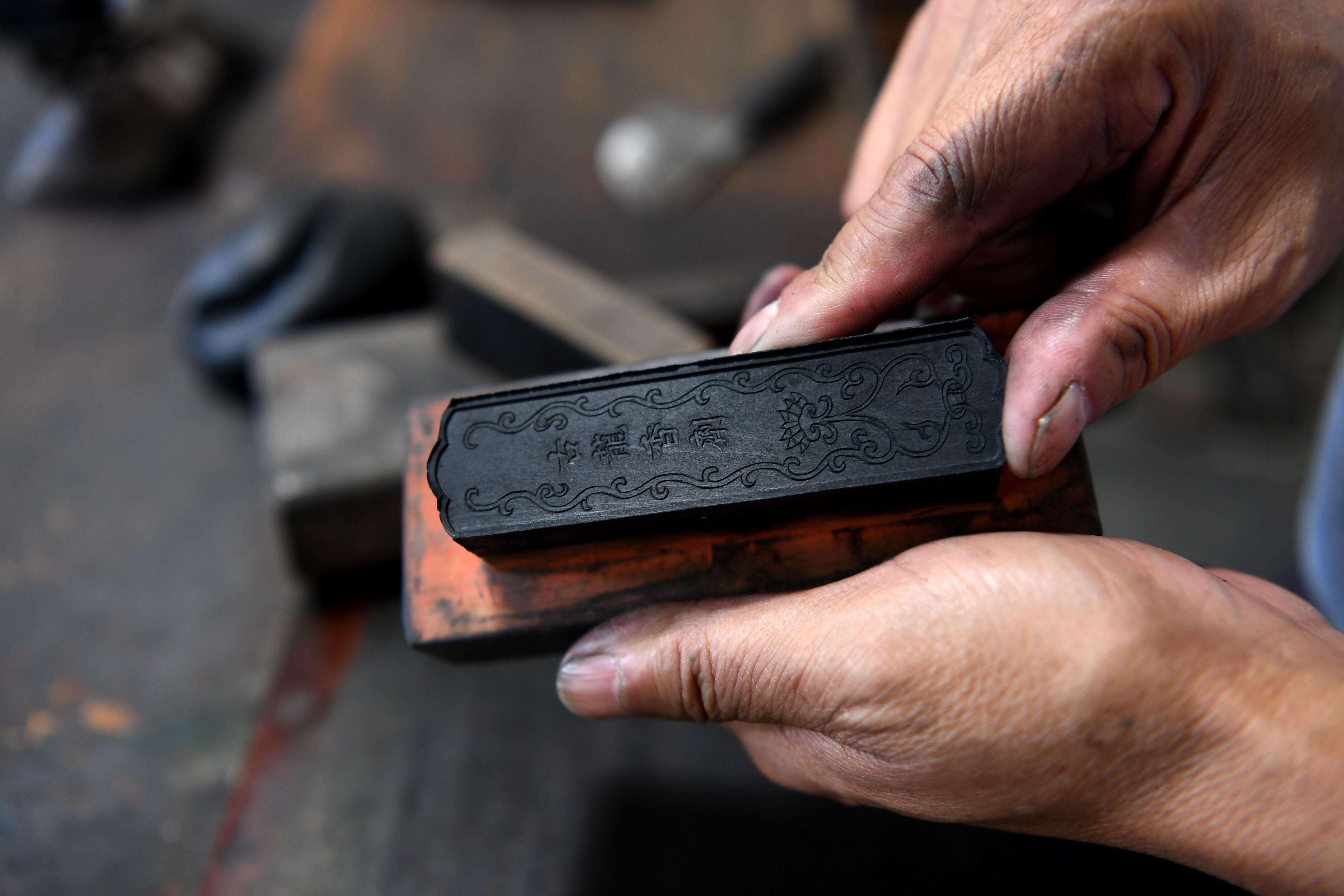 8月29日,吴成林从模具中取出制作好的墨。