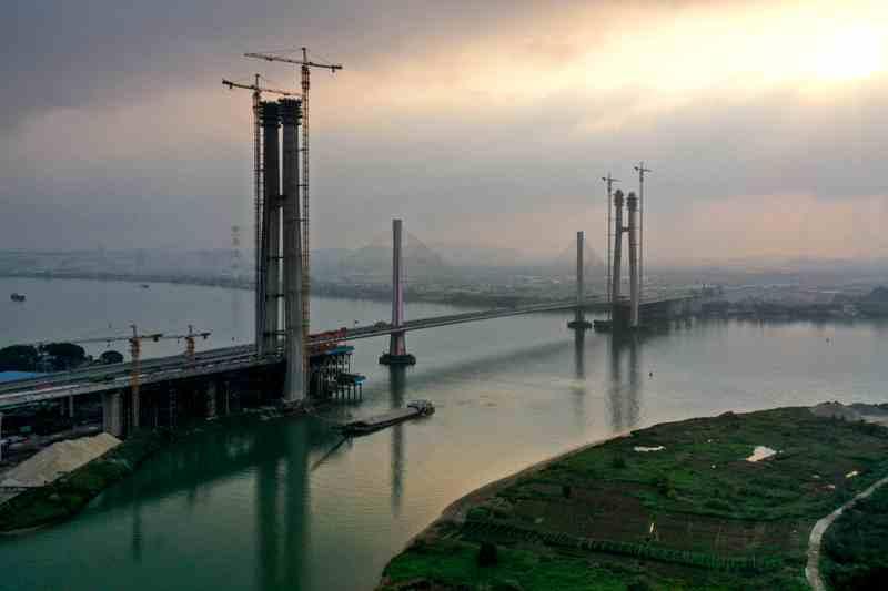 廣州南沙港鐵路跨西江斜拉橋主塔封頂