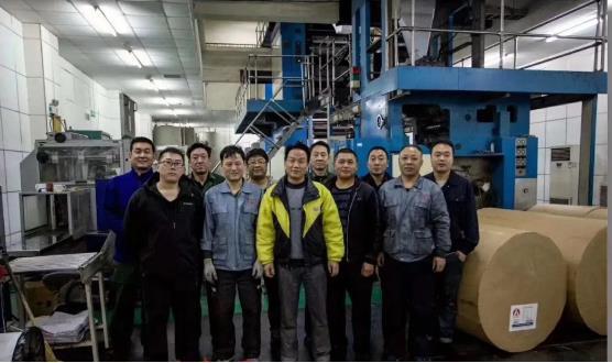 亚游国际游戏官网社印刷厂关停前夜,职工们合影留念