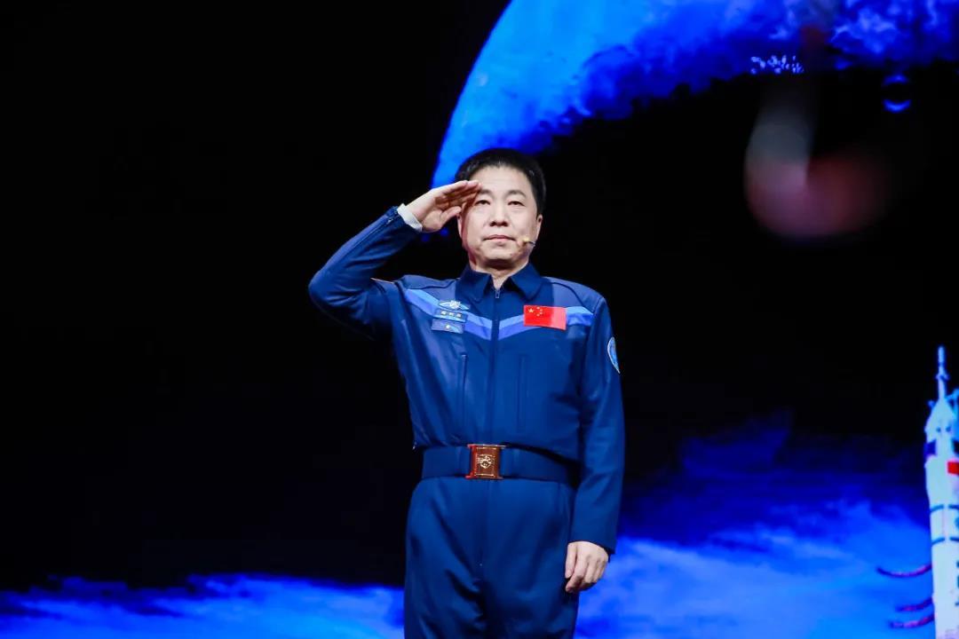 航天英雄杨利伟:为了人类的和平与进■步,中国人来到▲太空了!