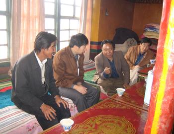 2005年8月,亚游国际游戏官网记者焦宏采访报道西藏农牧民生活40年的巨大变化