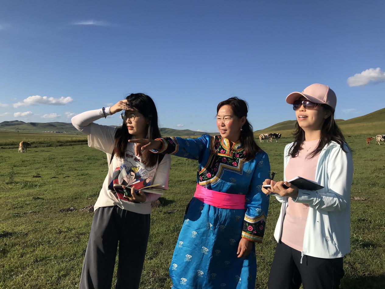 【大兴安岭南麓山区】农民日报记者曹茸(右一)、梁冰清(左一)在大兴安岭南麓山区草原上采访牧民。