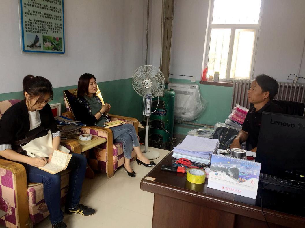 【燕山-太行山区】农民日报记者李海涛、侯馨远采访曲长城村小学校长。