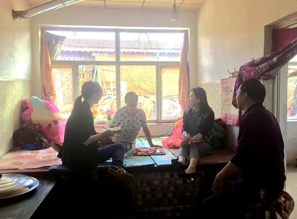 【燕山-太行山区】农民日报记者李海涛(右二)、侯馨远(左一)采访曲长城村困难村民。