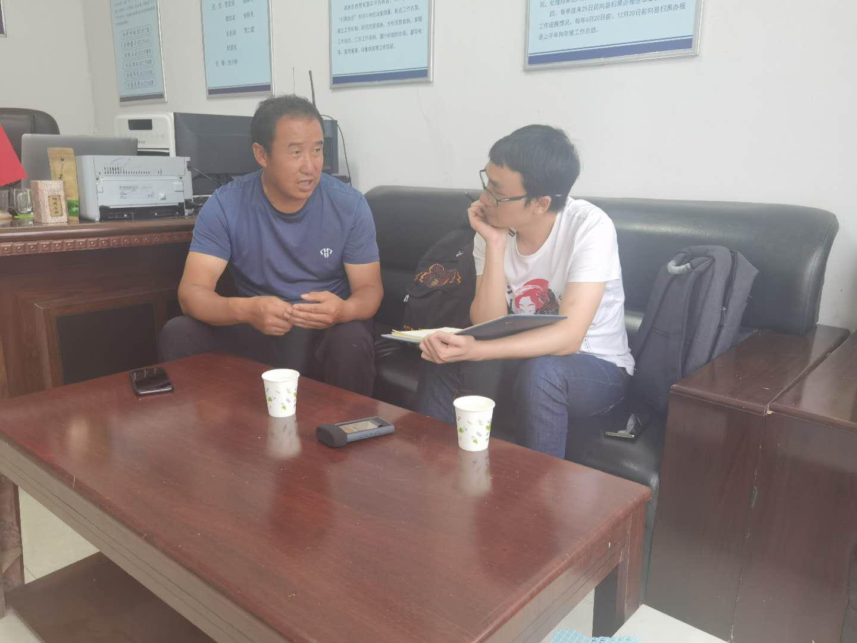 【吕梁山区】农民日报记者邓宝群(右)在采访小杂粮种植户(左)。