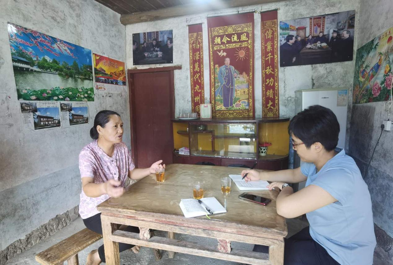 【罗霄山区】农民日报记者房宁(右)采访贫困户