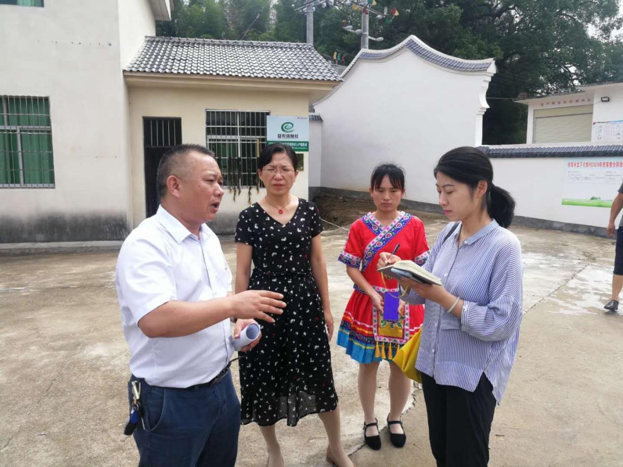 【罗霄山区】农民日报记者黄慧(右一)在采访