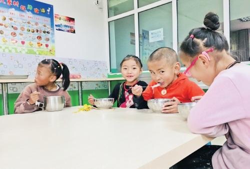 孩子们在青海省玉树州儿童福利院快乐生活