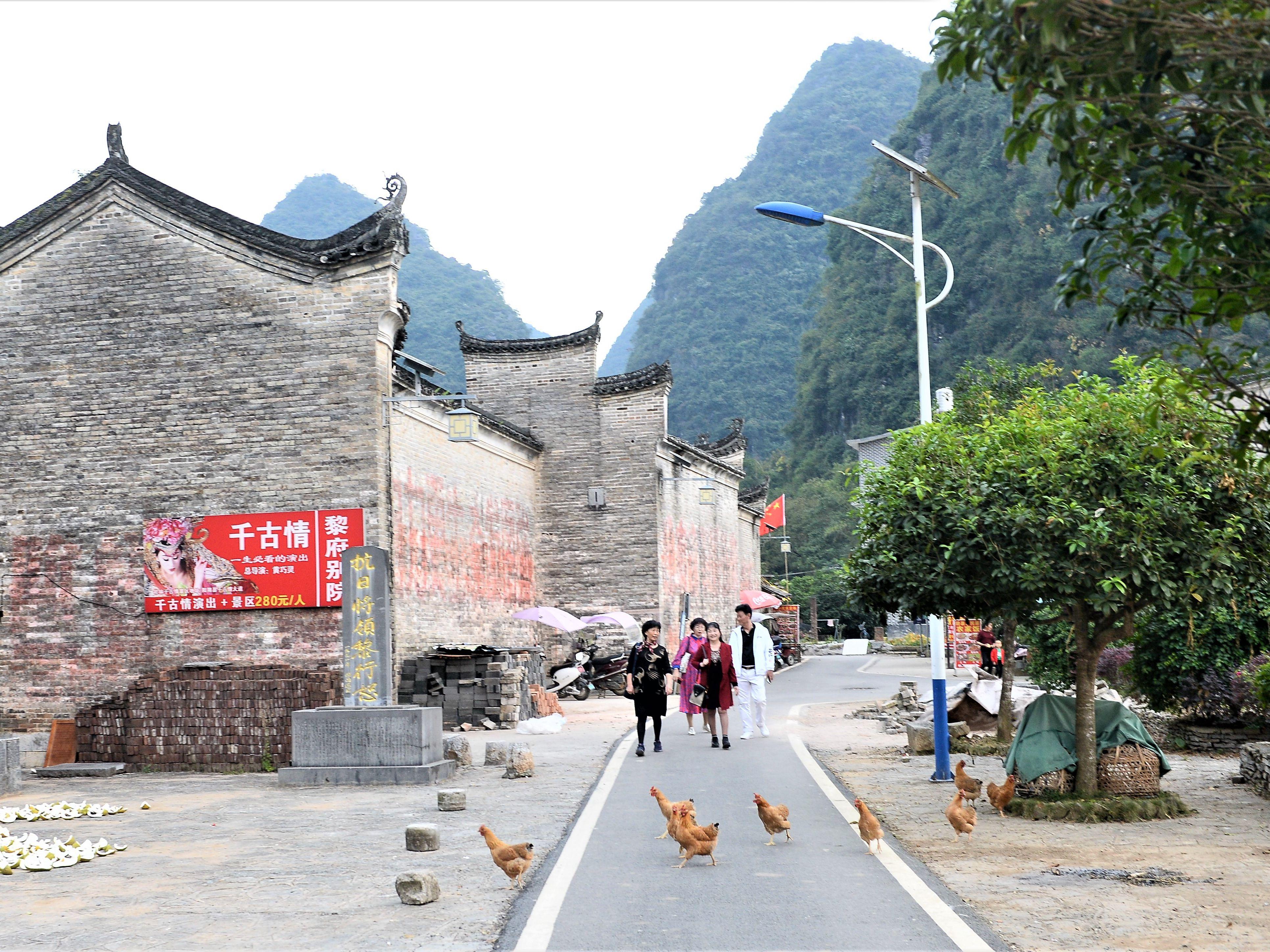 游客在旧县村体验乡村风情