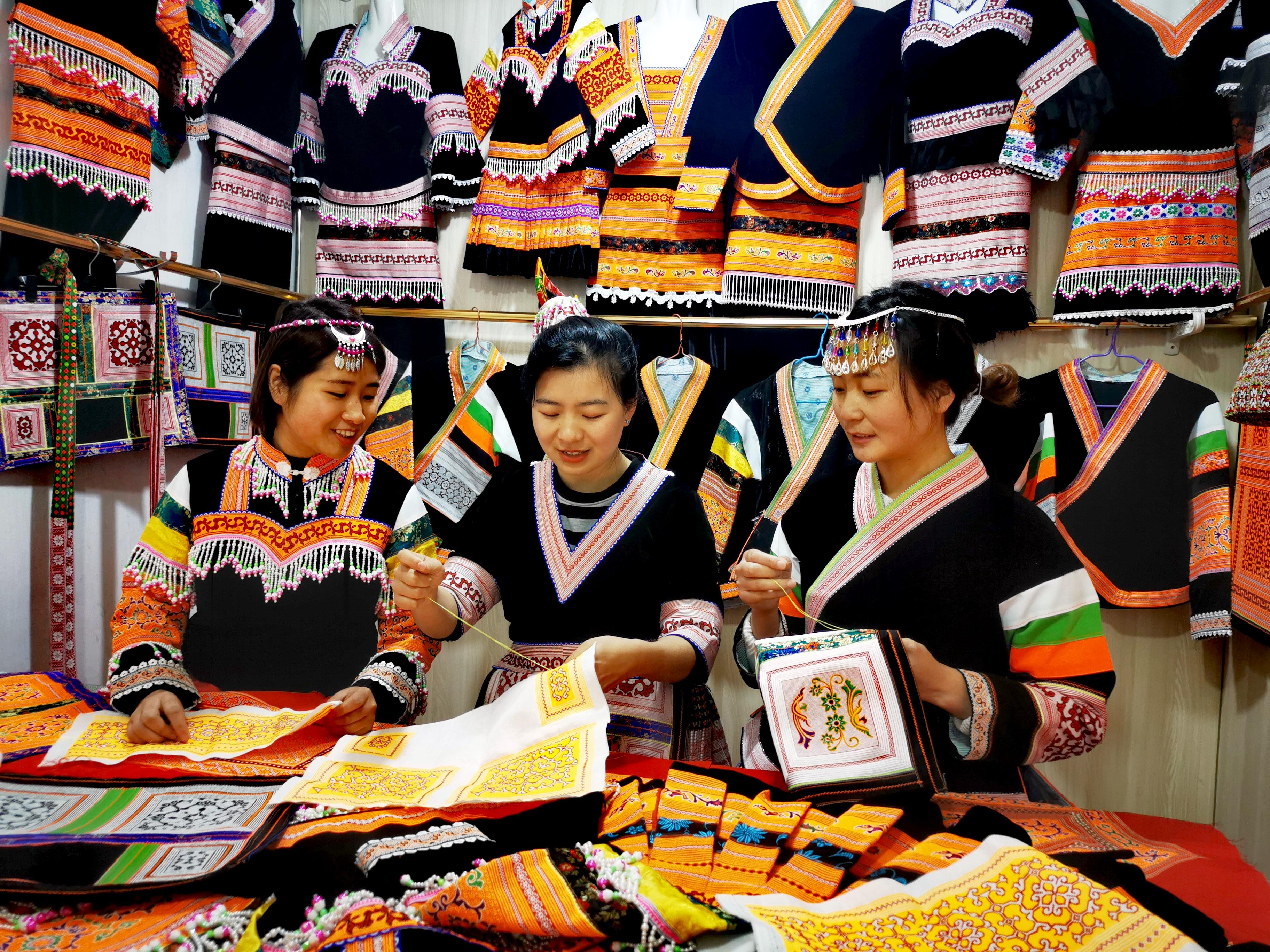 贵州普定县:绣娘指尖经济