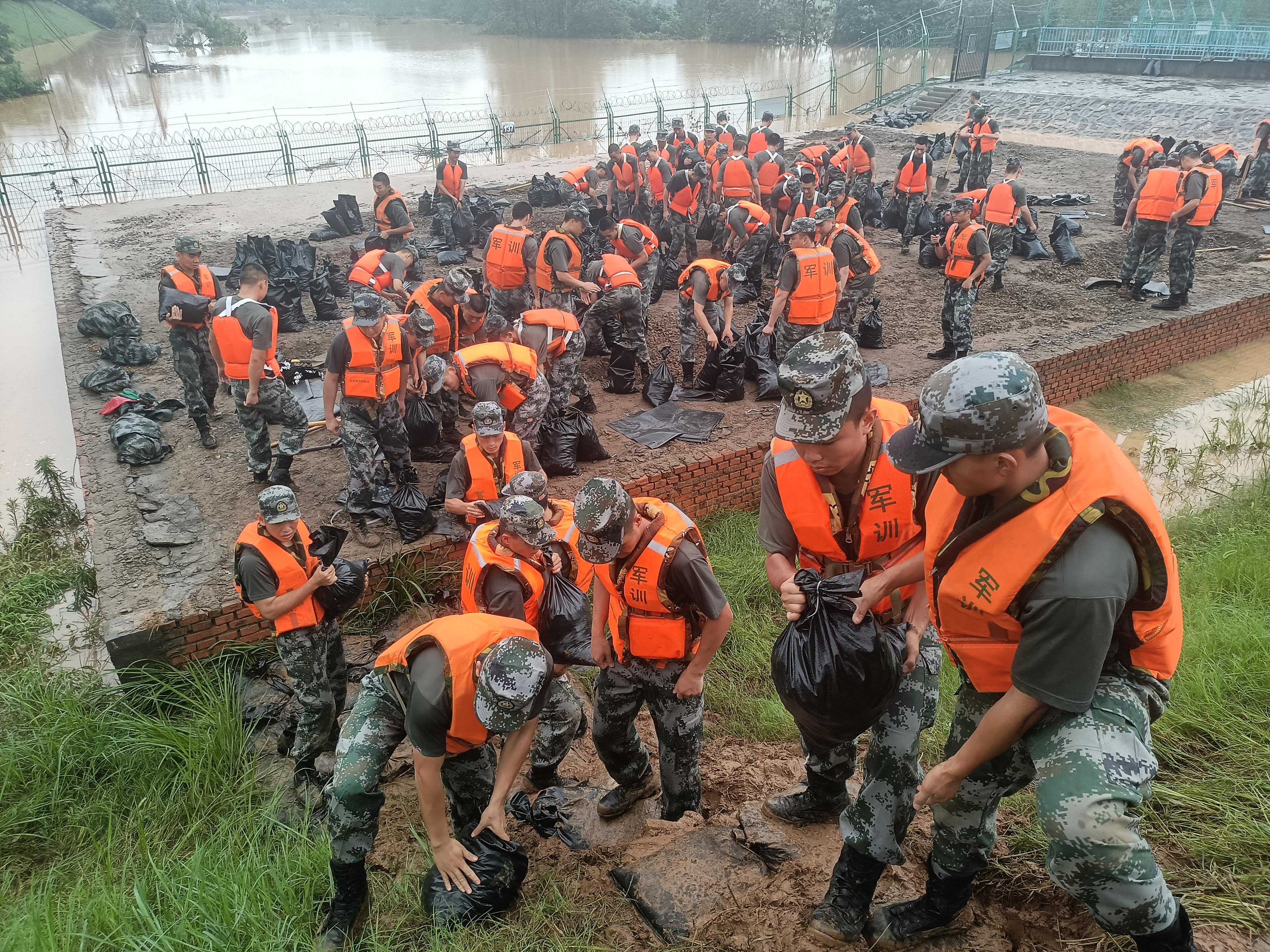 永远和人民站在一起——第83集团军某旅抗洪抢险见闻