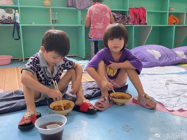 河南尉氏县安置点小朋友在吃午饭
