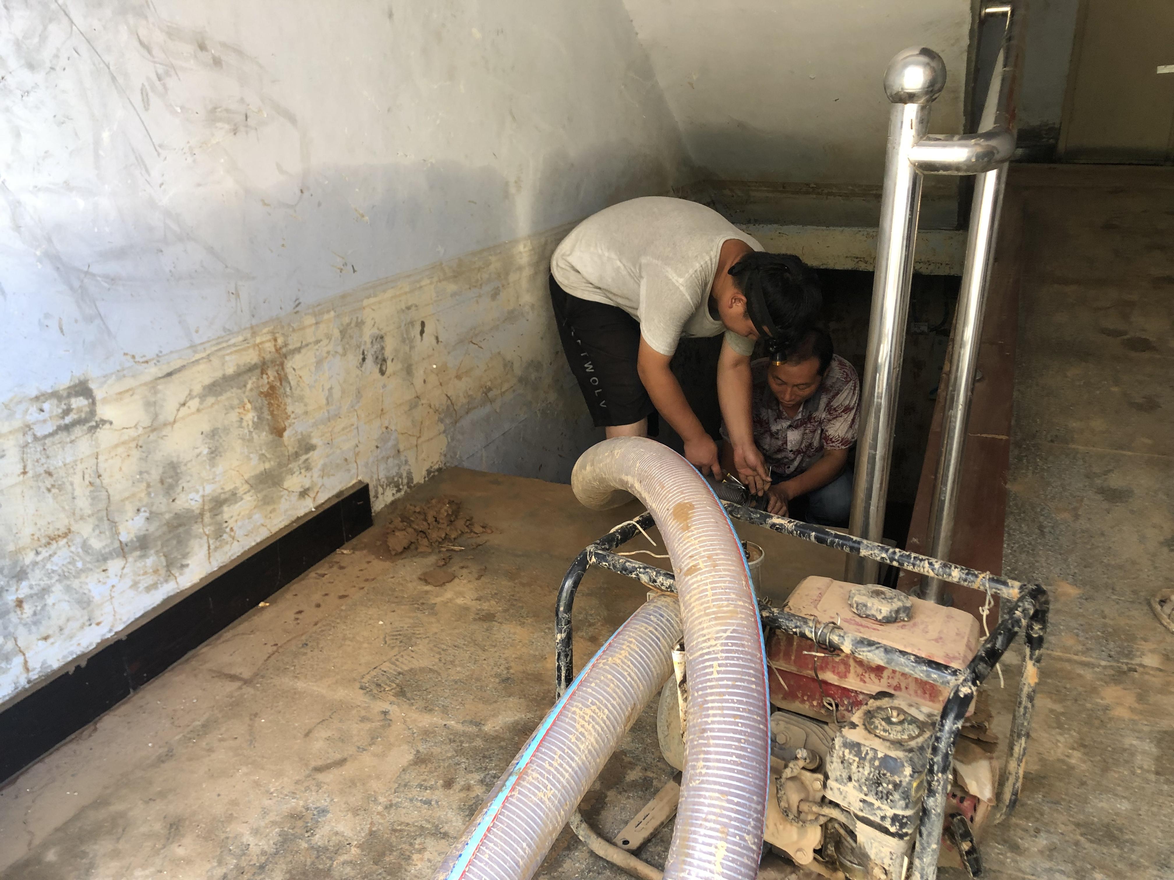 河南明月新村:调试抽水泵 清理地下室积水